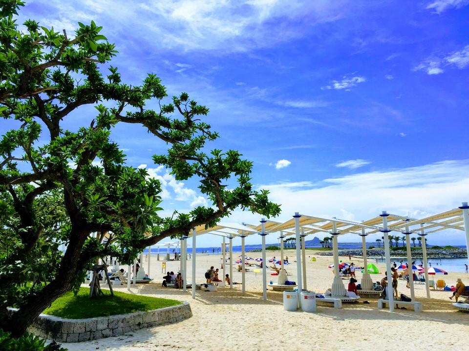Strand mit Sonnenschutz, Emerald Beach mit Blick auf Ie Jima