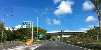 Okinawa Mietwagen, auf der japanischen Autobahn unterwegs